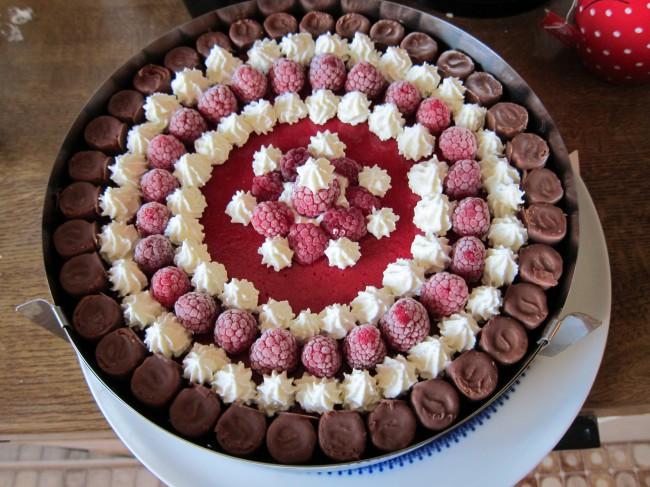 Fertig ist die Torte mit der Sahnedekoration