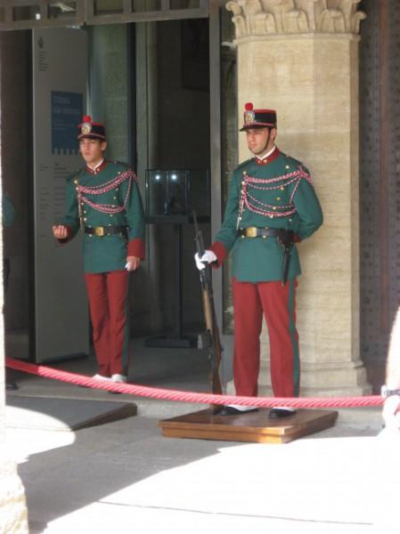 Wachen vorm Palazzo Pubblico San Marino