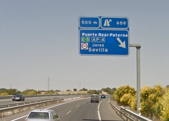 E-5 in Grün und zusätzliches Mautsymbol zeigen eine mautpflichtige Autobahn an.